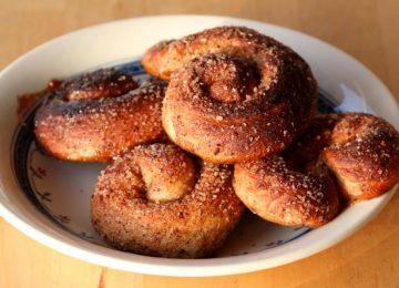 """בולוס (""""עוגה יהודית"""") מאפה קינמון – Zeeuwse bolussen"""