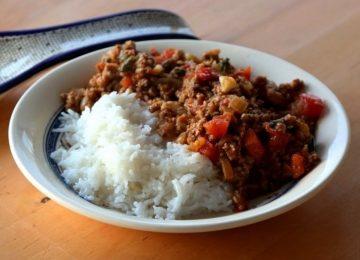 אורז מבושל בחלב קוקוס לצד בשר בקארי (Zanzibar Coconut rice (Wali wa Nazi